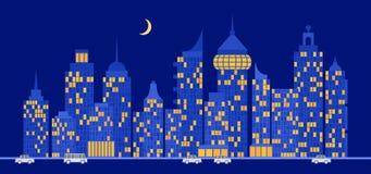街道在与现代摩天大楼和汽车的晚上 免版税库存照片