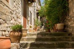 街道在列斯Baux de普罗旺斯中世纪村庄  免版税库存图片