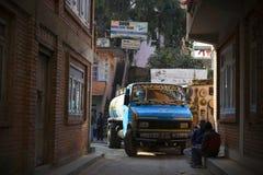 街道在加德满都,有五颜六色的卡车的尼泊尔 免版税图库摄影