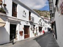 街道在南部的西班牙地区的最美好的`白色`村庄的米哈斯一叫安达卢西亚 免版税库存照片