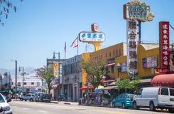 街道在唐人街在洛杉矶 商店和交通在高峰时间 库存图片