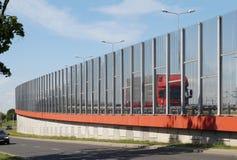 街道在城市限制噪声的被构建透明墙壁 库存图片