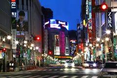 街道在夜之前在涩谷区,东京 免版税库存图片