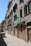 街道在威尼斯告诉了与井的CALLA,并且衣裳垂悬 免版税库存图片
