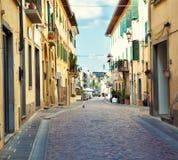 街道在小托斯卡纳镇 免版税库存图片