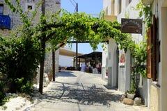 街道在尼西罗斯岛海岛上的Mandraki村庄 免版税库存照片