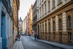 街道在布拉格的历史的中心有美丽如画的老buildin的 免版税库存图片