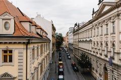 街道在布拉格的历史的中心有美丽如画的老buildin的 免版税图库摄影