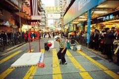 街道在忙碌的城市的交叉路的执行者跳舞 库存图片