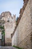 街道在意大利语被围住的市有Crenellated塔和墙壁的索阿韦 库存图片