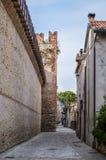 街道在意大利语被围住的市有Crenellated塔和墙壁的索阿韦 库存照片