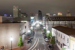 街道在新奥尔良在晚上,路易斯安那,美国 免版税库存照片
