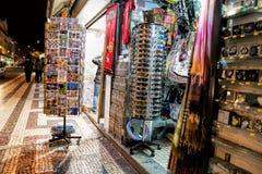 街道在晚上, Rua奥古斯塔购物,游人、咖啡馆和餐馆户外 免版税图库摄影