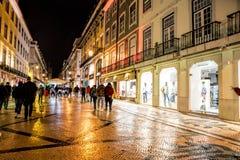 街道在晚上, Rua奥古斯塔购物,游人、咖啡馆和餐馆户外 免版税库存照片