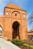 街道在有条顿人骑士塔的老镇防御,托伦,波兰 免版税库存图片