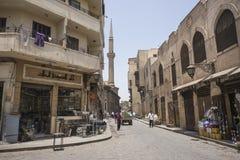 街道在有清真寺的老开罗在背景中 免版税库存图片