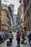 街道在有游人的佛罗伦萨 图库摄影