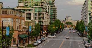 街道在有移动汽车和步行者边路的高玻璃大厦的一个现代城市 影视素材