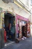 街道在有纪念品店的唐基尔在摩洛哥 免版税图库摄影