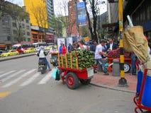 街道在果子波哥大,哥伦比亚典型的销售  库存照片