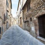 街道在没有人的一个老城市 库存照片