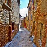 街道在没有人的一个老城市 库存图片