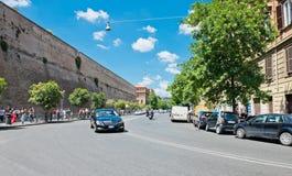 街道在沿梵蒂冈的墙壁的罗马 免版税库存图片