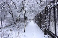 街道在用雪包括的一个小的村庄冬天 免版税库存图片