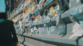 街道在篱芭张贴的广告纸在城市 股票视频