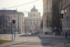 街道在维也纳的中心有在博物馆的一个看法 免版税库存图片