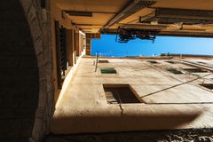 街道在老镇卡尔多纳在加泰罗尼亚,西班牙 库存图片