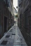 街道在老镇在Omis镇,克罗地亚 免版税库存照片