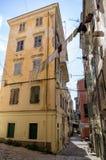 街道在老镇科孚岛海岛,希腊 免版税库存照片