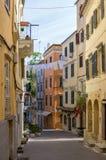 街道在老镇科孚岛海岛,希腊 库存图片
