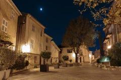 街道在老镇Mougins在法国 被停泊的晚上端口船视图 库存图片