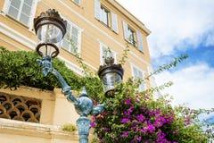 街道在葡萄酒大厦背景的金属灯 免版税库存图片