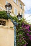 街道在葡萄酒大厦背景的金属灯 免版税库存照片