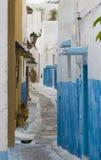 街道在蓝色和白色村庄 库存图片