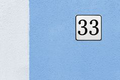 街道在蓝色议院墙壁上的第33 免版税库存图片