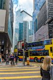 街道在街市香港市的中心-时髦的现代公司大厦、玻璃营业所和金属 免版税库存照片
