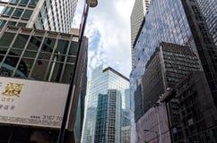 街道在街市香港的中心-时髦的现代公司大厦、玻璃营业所和金属 免版税库存图片