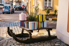街道在街道Rothenburg ob der陶伯的圣诞节装饰在德国 庆祝圣诞节 一件喜事 图库摄影