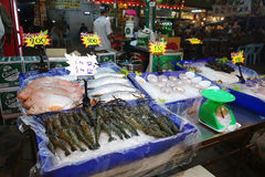 街道在路边的食物摊位在芭达亚,泰国 免版税库存图片
