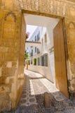 街道在Andalucia,南西班牙一个白色村庄 免版税库存照片