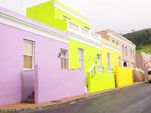 街道在BoKaap 明亮的颜色 开普敦 非洲著名kanonkop山临近美丽如画的南春天葡萄园 免版税库存图片