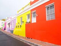 街道在BoKaap 明亮的颜色 开普敦 非洲著名kanonkop山临近美丽如画的南春天葡萄园 免版税图库摄影