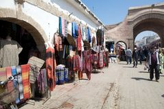 街道在Essaouira摩洛哥购物 免版税库存图片
