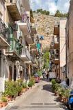 街道在Mondello的中心,是一个小海滨胜地在城市附近巴勒莫的中心 免版税库存照片