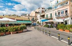 街道在Mondello的中心,是一个小海滨胜地在城市附近巴勒莫的中心 免版税图库摄影