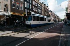 街道在Oude Pijp,一个邻里在阿姆斯特丹,一多云天o 库存照片
